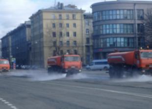 Улицы Петербурга моют шампунем